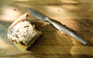 angebissenes Butterbrot mit Messer