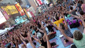 Yoga am Time Square